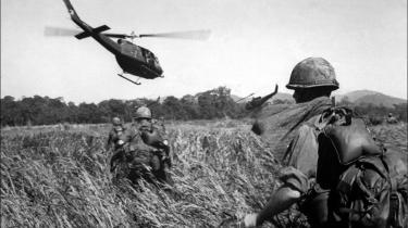 I marts 1965 bliver de første amerikanske landstyrker indsat i Vietnamkrigen. På billedet ses soldater fra 173. luftbårne division blive evakueret efter en træfning med vietnamesiske partisaner