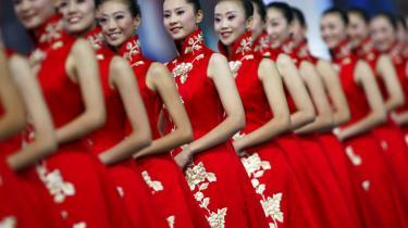 Ved de netop afsluttede Olympiske Lege i Beijing blev Kina med 51 guld-, 21 sølv- og 28 bronzemedaljer den suverænt mest vindende nation. Men Hvorfor må kineserne ikke være lige så stolte af deres sejre og deres land som danskerne eller englænderne ville være det? Og siger Vestens reaktion på Kinas succes ikke langt mere om os end om kineserne?