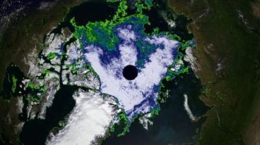 Den øverste røde prik på satelitbilledet t.v. viser, hvor nordligt Petermann-gletcheren ligger i Grønland. Den sydlige røde prik er Illulisat-bræen. Fotoet er taget den 21. august og viser, at man kan sejle omkring Nordpolen - enten nord om Grønland og Canada eller ved at passere nord om Sibirien/Rusland (t.h.). Farveskalen indikerer, hvor massiv havisen er.