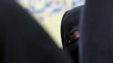 Når islamister i dag håndhæver maksimal tilsløring og kønsad-skillelse og genopliver 1.400 år gamle skikke og traditioner, er det ifølge Ahmed først og fremmest en modstandskultur, som har til formål at afvise vestlige værdier og dominans.