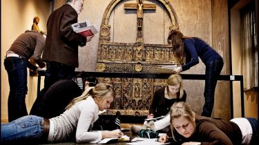 En gruppe skoleelver i færd med at løse opgaver på Nationalmuseet i København. På grund af nedskæringer har Nationalmuseet måttet skære over 70 årsværk. Det er den forkerte kulturpolitiske vej at gå for et af verdens rigeste lande, mener Mogens Jensen, der er kulturpolitisk ordfører for Socialdemokraterne.