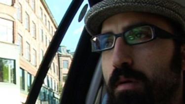 Den libanesiske filminstruktør Ahmed Hossein skal finde ud af, hvordan det er at være -araber- i Danmark. Han bliver kørt til Mjølnerparken. »It is a ghetto,« får han at vide. Han synes det er en smuk ghetto.