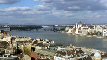Fra Buda mod Pest. Fra højdedragene på Buda-siden er der udsigt over Donau, der deler den ungarske hovedstad. Midt i floden finder man øen Margit Sziget, der rummer et unikt friluftsnatteliv. På Pest-siden er bredden domineret af den berømte parlamentsbygning.