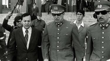 Pinochet (i midten) forlader præsidentpaladset efter en af de pressekonferencer, de borgerlige danske aviser flittigt refererede.
