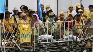 Thailandske demonstranter opmarcheret foran en hurtig opført vejblokade på bagsiden af regeringsbygningen i Bangkoks centrum. Tusinder af borgere har besat bygningen siden sidste uge i protest mod den upopulære regeringschef Samak Sundaravej.