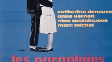 I et regnfuldt efterår er det perfekt at lade Jacques Demys romantiske musicalklassiker tage én tilbage til den hjerteskærende filmtid, hvor der var pastelfarvede paraplybutikker til, og alle snakkesang smukt til Michel Legrands blide toner