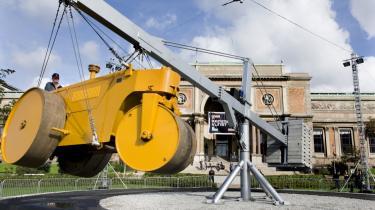 Chris Burdens -The Flying Steamroller- består af en 12 ton tung damptromle fastgjort i en stålarm. Når damptromlen når en vis hastighed, letter den fra jorden og bliver svævende indtil den langsomt taber både fart såvel som højde og lander på jorden igen.