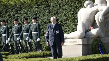 Den 90-årige Jørgen Barfod blev bevæget og sørgmodig, da det var den sidste krans han nedlagde i Mindelunden. Den ses t.h. med modstandsbevægelsens rød-hvid-blå-stribede bånd ved det store granit-monument af en mor med sin dræbte søn.