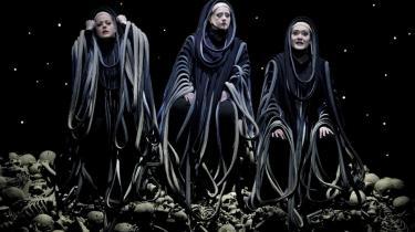 De tre norner, der spinder skæbnens gyldne tråd (Edith Haller, Simone Schröder og Martina Dike) i dette års Bayreuth-festspils opførsel af Wagners -Ragnarok- (Götterdämmerung). Det er i år den 97. Bayreuth Festival, der begyndte den 2. august.