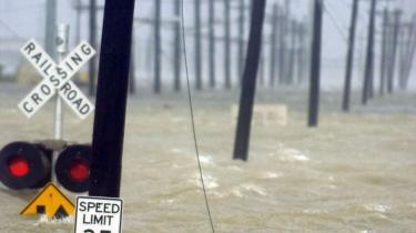 Orkanen Gustav blev i går aftes nedgraderet til en kategori 2-orkan. Det opstemmede vand i New Orleans- kanaler og trykket mod digerne truer dog fortsat byen med oversvømmelse, som det skete, da orkanen Katrina i 2005 fik vandmasserne til at gennembryde digerne.