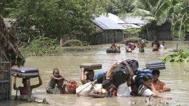 Monsunregnen har sammen med et dæmningsbrud i Nepal oversvømmet hundredvis af landsbyer i Bihar-regionen i Indien og tvunget mindst tre millioner mennesker til at forlade deres hjem.