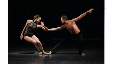 New York City Ballets veldansede gæstespil i Tivoli er en oplevelse med berusende øjeblikke. Her ses solodanseren Maria Kowroski kokettere med Jason Fowler.