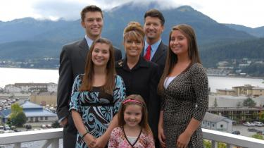 Glansen er så småt gået af vicepræsidentkandidat Sarah Palin og hendes familie efter de seneste dages afsløringer. Bagest fra venstre er det sønnen Track, Sarah Palin selv, hendes mand Todd og datteren Bristol. Forrest er det døtrene Willow og Piper.