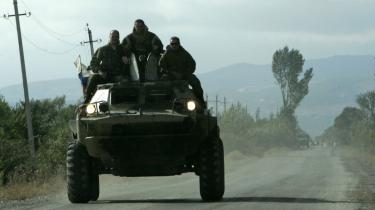 En pansret mandsskabsvogn med russiske soldater kørte i går igennem landsbyen Tirdnisi nær Gori i Geogien. Ruslands præsident Medvedev roste i går EU-landene for ikke at have vedtaget sanktioner mod Rusland.