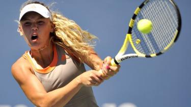 Med sin fysiske råstyrke og sin hårde, dobbelte baghånd passer Caroline Wozniackis spillestil nydeligt ind i formlen for moderne kvindetennis. Hun har - ligesom de fleste andre i kvindetennissens elite - ikke et egentligt vartegn.