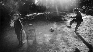 Kapitlerne i 'Den hvide konge' er afrundede som selvstændige noveller. F.eks kapitlet om en række drenge, der spiller fodbold dagen efter Tjernobyl-ulykken. Vinden har båret radioaktiviteten hen til fodboldpladsen, og drengene får at vide, at de ikke må kaste sig i græsset efter bolden