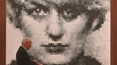 Mordersken Myra Hindley blev et makabert monster. I 1963-64 myrdede hun sammen med sin kæreste fem børn. Nu er hun posthumt kommet i vælten igen med Harveys maleri - utallige aftryk af børnehænder danner hendes portræt.
