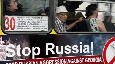En georgisk bybus i hovedstaden Tblisi med et engelsk slagord, der spiller på, at Georgien er offer for Ruslands agression, men så enkelt er det måske ikke. En NATO-delegation kommer til landet den 15. september.