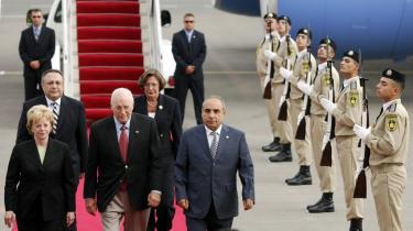 USA-s vicepræsident, Dick Cheney (i midten), indledte i går sin rundrejse i Kaukasus i Aserbajdsjan. -USA har en dyb og varig interesse i jeres trivsel og sikkerhed,- sagde Cheney til aserbajdjanerne.