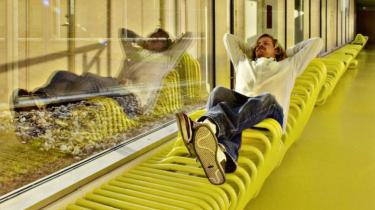 Venteplads. Bænken på gangen er blevet en liggeskulptur. Bjarke Ingels- arkitektgruppe har designet et nyt psykiatrisk hospital ved Helsingør med afvekslende rumforløb.