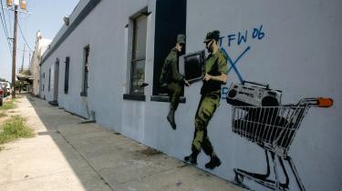 Den britiske street art-kunstner Banksy har på sin egen måde bidraget til markeringen af treårsdagen for orkanen Katrinas hærgen i New Orleans.