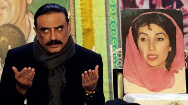Benazir Bhutto (th.) mødte først sin udkårne, Asif Ali Zardari (tv.), fem dage før, brylluppet blev annonceret. Hun fortalte sine venner, at hun i første omgang fandt manden - der i det rigtige lys lignede en af tidens Bollywood-stjerner - en anelse -latterlig-. Men Zardari blev en Bhutto. Og i dag bliver han, med al sandsynlighed, udpeget til at efterfølge Pervez Musharraf som Pakistans præsident.