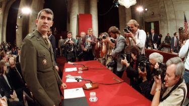 Oberstløjtnant Oliver North (t.v.), da han i juli 1987 var indkaldt til høring i Kongressens Udenrigsudvalg, der forsøgte at få en tilbundsgående afdækning af Iran-contra-skandalen. Det var Ronald Reagans store krise, idet Oliver North var en del af staben i Reagans Nationale Sikkerhedsråd. North blev syndebuk for overførslen af omkring 30 mio. dollar i profit fra forbudt salg af våben til Iran - penge, der blev overført til de USA-støttede højreorienterede styrker i Nicaragua, der skulle nedkæmpe den socialistiske sandinistregering.