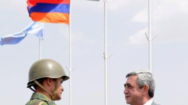 Armeniens præsident, Serzh Sarkisian (th.), hilser på en officer. I dag vil han trykke sin tyrkiske kollega, Abdullah Güls hånd, når denne som en tyrkisk leder for første gang i 17 år sætter foden i Armenien.