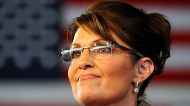 Hvad er forskellen på en pitbullterrier og en 'hockey mom'? Læbestift. Det er republikanernes nye vicepræsidentkandidat, Sarah Palins, yndlingsvittighed om sig selv. Hun er så ufatteligt normal, og alligevel har hun skeletter nok i skabet til at være det mest interessante i den amerikanske valgkamp