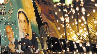 Et klart parlamentarisk flertal pegede som ventet på Benazir Bhuttos enkemand som Pakistans næste præsident, men sejren blev skæmmet af blodig vold i Peshawar fra formodede militante islamisters side