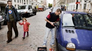 23 biler fik smadret ruderne, da cirka 100 personer fra indvandrermiljøet natten til mandag drog hærgende gennem Jægersborggade på Nørrebro i København. På billedet er Keld Frimann i gang med at reparere sin bil efter nattens ballade.