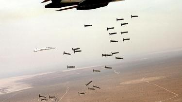 Ifølge Human Rights Watch er antallet af civile, der mister livet som følge af flybombardementer i Afghanistan, er tredoblet det seneste år. Dette B-1B Lancer-fly fra det amerikanske luftvåben, der på billedet kaster klyngebomber, er blandt de flytyper, der er blevet anvendt i Afghanistan.