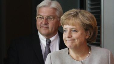 Søndag udpegede det tyske Socialdemokrati (SPD) udenrigsminister og vicekansler Frank-Walter Steinmeier (t.v.) som partiets spidskandidat. Her ses han sammen med kansler Angela Merkel fra det borgerlige parti CDU.