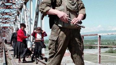 Rusland etablerer diplomatiske forbindelser til Abkhasien og Sydossetien og udstationerer fast 7.600 soldater i de to udbryderregioner