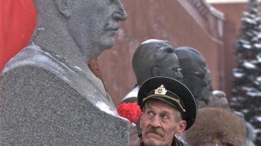 Josef Vissarionovitj Djugasjvili, som var Stalins rigtige navn, fik tæsk i sin barndom. Den forudsætning er nærmest obligatorisk for ekstreme voldsudøvere, men selvsagt ikke hele forklaringen. En fuldbyrdet forklaring på monstrøsiteten er uhyre sammensat, viser en fornem ny bog om Stalins unge år. Der er, som billedet viser, stadig ældre kommunister, der hylder Stålmanden - her i Kreml i år 2000.