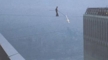 11. september 2001 styrtede World Trade Centers to tårne sammen. En anden næsten lige så vigtig dato i tårnenes historie er den 7. august 1974. Her gik en ung franskmand ved navn Philippe Petit på line mellem de to tårne.