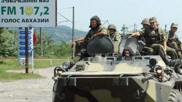 Russiske soldater ved et checkpoint i Senaki i Georgien. Ifølge russerne skal EU ikke gøre sig forhåbninger om at udstationere observatører i de georgiske udbryderregioner.