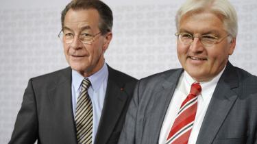 Vinderne. Franz Müntefering (tv.) og Frank-Walter Steinmeier (th.) skal nu være de tyske socialdemokraters dynamiske duo som henholdsvis partiformand og kanslerkandidat. Men det er ikke kun tiden, de slås med op til forbundsdagsvalget i 2009. Hovedproblemet er at finde et grundlag, der kan virke troværdigt på de tabte vælgere.