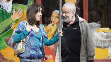 Sally Hawkins under optagelserne til -Happy Go-Lucky- sammen med instruktøren Mike Leigh (th.).