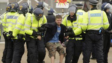 En aktivist bliver anholdt ved en demonstration foran Kingsnorth-kulkraftværket i Storbritannien.