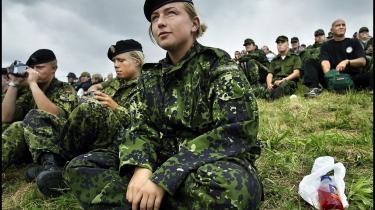 Selv om kvinder i mere end 45 år har haft mulighed for at komme ind i forsvaret, udgør kvinderne i dag kun seks procent af forsvarets militære ansatte, og det er for lidt, mener SF. På billedet ses menige gardehusarer på Antvorskov Kaserne.