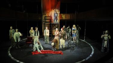 Den imponerende Peter Plaugborg bliver udsat for både medicinske forsøg og krævende blå skønhedskvinder i sine hallucinationer som Orestes i den langstrakte -Orestien- på Odense Teater.