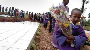 Pårørende mindes i Murambi i det østlige Rwanda ofre for folkemordet i Rwanda i 1994. Ved folkemordet mistede knap en million hutuer livet.