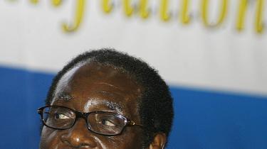 Der er stadig stor risiko for konflikter mellem Zimbabwes præsident, Robert Mugabe (th.) og oppositionslederen Morgan Tsvangirai.
