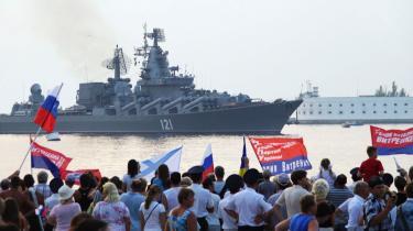 Sevastopols russisksindede indbyggere var mødt frem for at hylde de russiske krigsskibe, der havde deltaget i Ruslands krig mod Georgien, da skibene vendte hjem til flådestationen.