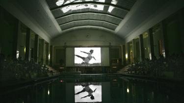 Et nærbillede af kvindernes gymnastiske øvelser fra Leni Riefenstahls film -Olympia - Fest der Scönheit- spejlede sig lørdag i Øbro-hallens loft og bassin, mens Jørgen Leth kommenterede.