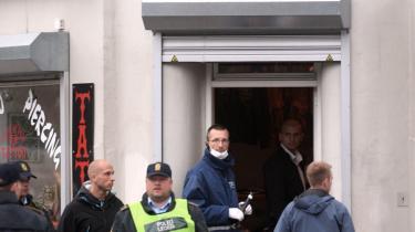 På Nørrebro i København blev der mandag aften affyret flere skud mod tatovørbutikken House of Pain. Forretningen ligger på Nørrebrogade dør om dør med butik Route 81, der sælger tøj og andet udstyr til støtte for Hells Angels. En ansat i butikken blev ramt i halsen af et projektil og kørt til Rigshospitalet.