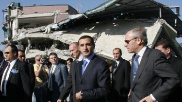 NATO-s generalsekretær, Jaap de Hoop Scheffer (tv.), med Georgiens udenrigsminister, David Kezerashvili (nr. to fra venstre), så på de mange ødelagte bygninger i byen Gori i går i det vestlige Georgien, som Rusland havde besat i august.