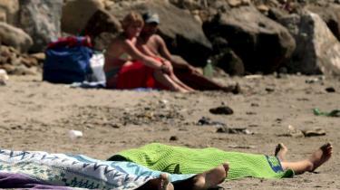 Da de to romapiger Cristina og Violetta Djeordsevic på henholdsvis 13 og 15 år omkom ved en drukneulykke den 18. juli ved Napoli, lå pigernes livløse kroppe i sandet, uden at det tilsyneladende anfægtede de solbadende badegæster. Billederne er siden blevet et sindbillede på den diskrimination, romaerne oplever i Italien.