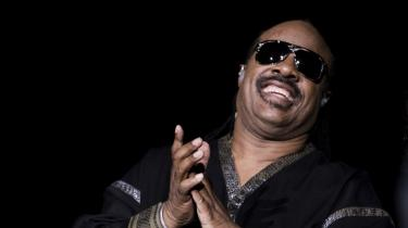 Musik. Stevie Wonder på scenen med en livsglæde af en karakter, der bedst kan beskrives som musisk i hele dens svævende uhåndgribelige evne til at fylde rummet og publikum op med glæde.